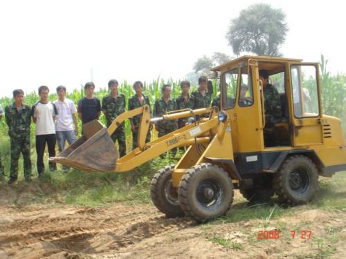 学校免费为学生进行装载机培训